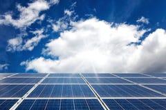 Zonnepaneel in zonlicht op hemelachtergrond royalty-vrije stock foto