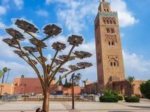 Zonnepaneelboom en moskeetoren royalty-vrije stock fotografie