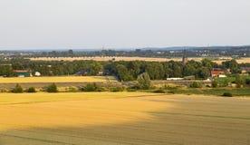 Zonnepaneelpark en Dorp stock foto's