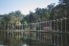 Zonnepanelen dichtbij het meer royalty-vrije stock foto's