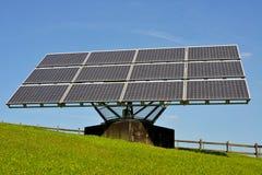 Zonnepanelen die elektriciteit veroorzaken stock afbeelding
