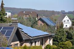 Zonnepanelen in Duitse stad Stock Afbeeldingen