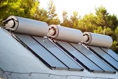 Zonnepanelen en boilers voor water het verwarmen Royalty-vrije Stock Foto's