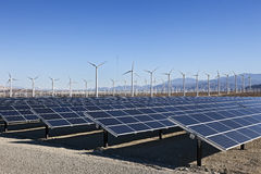 Zonnepanelen en de Macht van de Windturbine Stock Foto