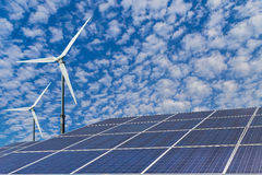 Zonnepanelen en van windturbines alternatieve energie Stock Foto