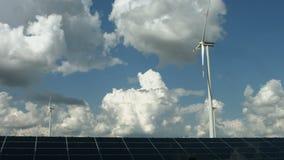 Zonnepanelen en windgenerators stock videobeelden