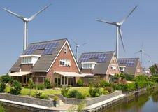 Zonnepanelen en windturbines Royalty-vrije Stock Foto's