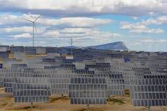 Zonnepanelen en windturbines II royalty-vrije stock foto's