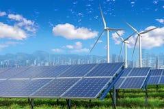 Zonnepanelen en windturbines met stad royalty-vrije stock afbeelding