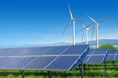 Zonnepanelen en windturbines onder blauwe hemel Royalty-vrije Stock Afbeeldingen