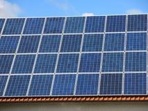 Zonnepanelen op dak Royalty-vrije Stock Afbeelding