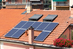 Zonnepanelen op dak stock afbeelding