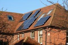 Zonnepanelen op dak Stock Afbeeldingen