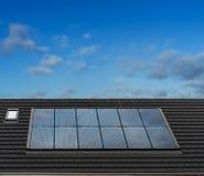 Zonnepanelen op dak van het Engelse Huis van de Stijlarchitectuur, het UK stock foto