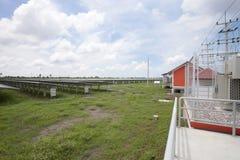 Zonnepanelen op de zonneachtergrond van de landbouwbedrijven blauwe hemel royalty-vrije stock foto's