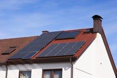 Zonnepanelen op een dak Stock Fotografie