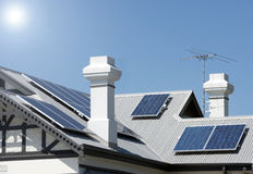 Zonnepanelen op een dak Royalty-vrije Stock Afbeelding