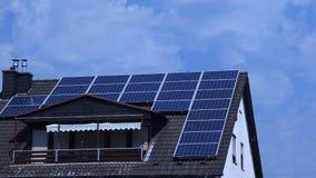 Zonnepanelen op een dak Stock Afbeeldingen