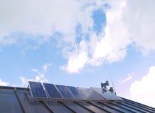 Zonnepanelen op een dak Stock Foto's