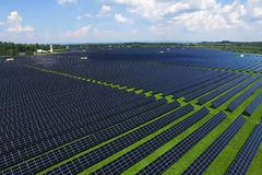 Zonnepanelen op een dak Een alternatieve energiebron Vernieuwbare energiebron stock fotografie