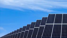 Zonnepanelen op een dak Duurzaam en vernieuwbaar middelenconcept royalty-vrije stock foto