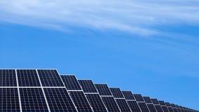 Zonnepanelen op een dak Duurzaam en vernieuwbaar middelenconcept stock fotografie