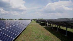 Zonnepanelen op een groen gebied Photovoltaics in zonnekrachtcentraleenergie van natuurlijk stock videobeelden