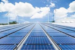 Zonnepanelen op fabrieksdak Royalty-vrije Stock Afbeelding