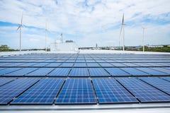 Zonnepanelen op fabrieksdak met windturbine Royalty-vrije Stock Foto