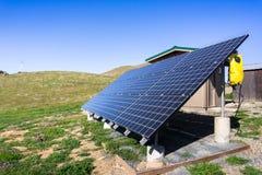 Zonnepanelen op groene heuvels royalty-vrije stock foto