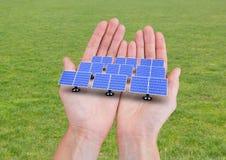 zonnepanelen op handen grasrug Royalty-vrije Stock Fotografie