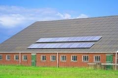 Zonnepanelen op het dak stock foto's