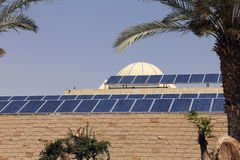 Zonnepanelen op het dak stock fotografie
