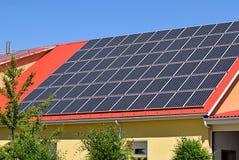 Zonnepanelen op het dak Stock Afbeeldingen