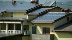 Zonnepanelen op het dak en het balkon stock footage