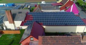Zonnepanelen op het dak van het huis, de extractie van elektriciteit door zonnepanelen, persoonlijke zonnekrachtcentrale stock footage