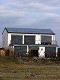 Zonnepanelen op huisdak Stock Foto's