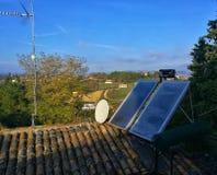 Zonnepanelen op oud betegeld dak stock foto's