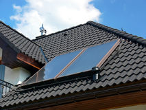 Zonnepanelen op zwart dak Royalty-vrije Stock Foto's