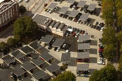 Zonnepanelen - Parkeerterrein stock afbeeldingen