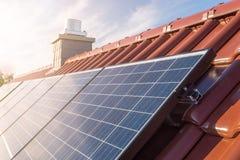 Zonnepanelen of photovoltaic installatie op het dak van een huis stock foto's