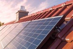 Zonnepanelen of photovoltaic installatie op het dak van een huis stock afbeeldingen