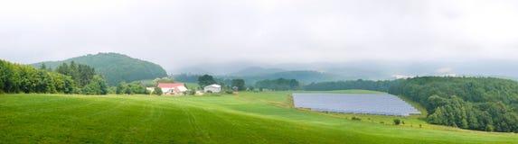 Zonnepanelen in platteland Royalty-vrije Stock Afbeeldingen
