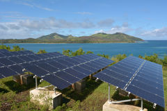 Zonnepv modules op ver Eiland in Fiji stock fotografie
