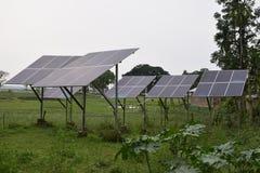 Zonnepv panelen op het gebied van het plattelandslandbouwbedrijf in India royalty-vrije stock fotografie