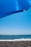 Zonnescherm op het strand Royalty-vrije Stock Foto's