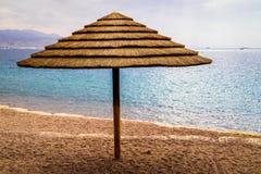 Zonnescherm op het strand bij het Rode Overzees in Eilat, Israël Stock Foto's