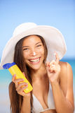 Zonneschermvrouw die zonnebrandolie het lachen toepassen Stock Foto