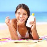 Zonneschermvrouw die zonnebrandolie toepassen Stock Afbeeldingen
