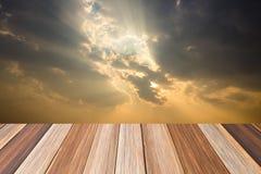 Zonneschijn achter bewolkt op lijstachtergrond royalty-vrije stock afbeelding